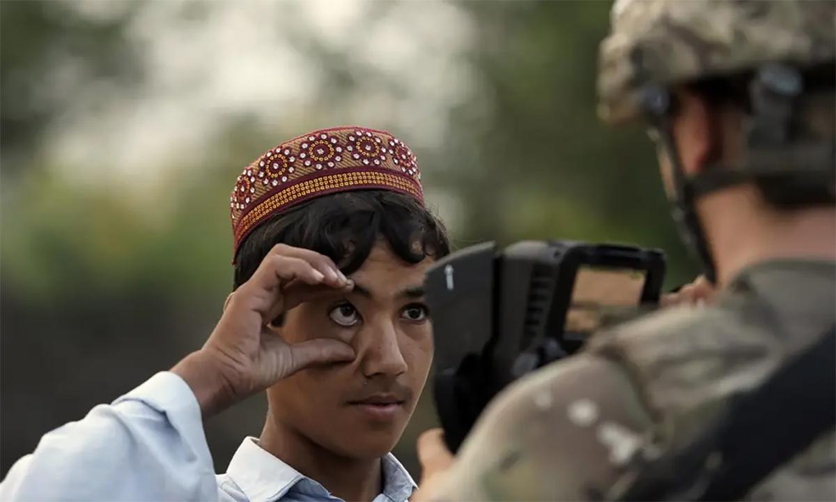 Một binh sĩ Mỹ dùng thiết bị HIIDE quét mống mắt một người đàn ông Afghanistan tháng 8/2012. Ảnh: AFP.