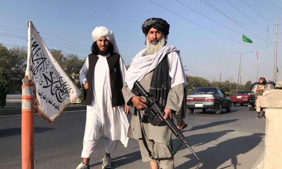 Một tay súng Taliban đứng gác bên ngoài Bộ Nội vụ Afghanistan ở thủ đô Kabul hôm 16/8. Ảnh: Reuters.