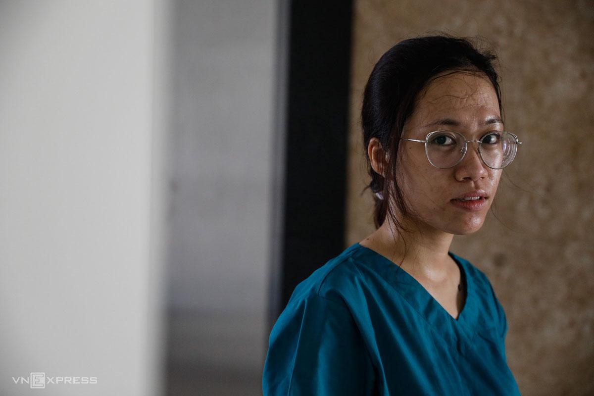 Khuôn mặt sau khi tháo khẩu trang của bác sĩ Nguyễn Trần Anh Thư, làm việc tại Bệnh viện dã chiến số 6, TP Thủ Đức, tháng 7/2021. Ảnh: Hữu Khoa