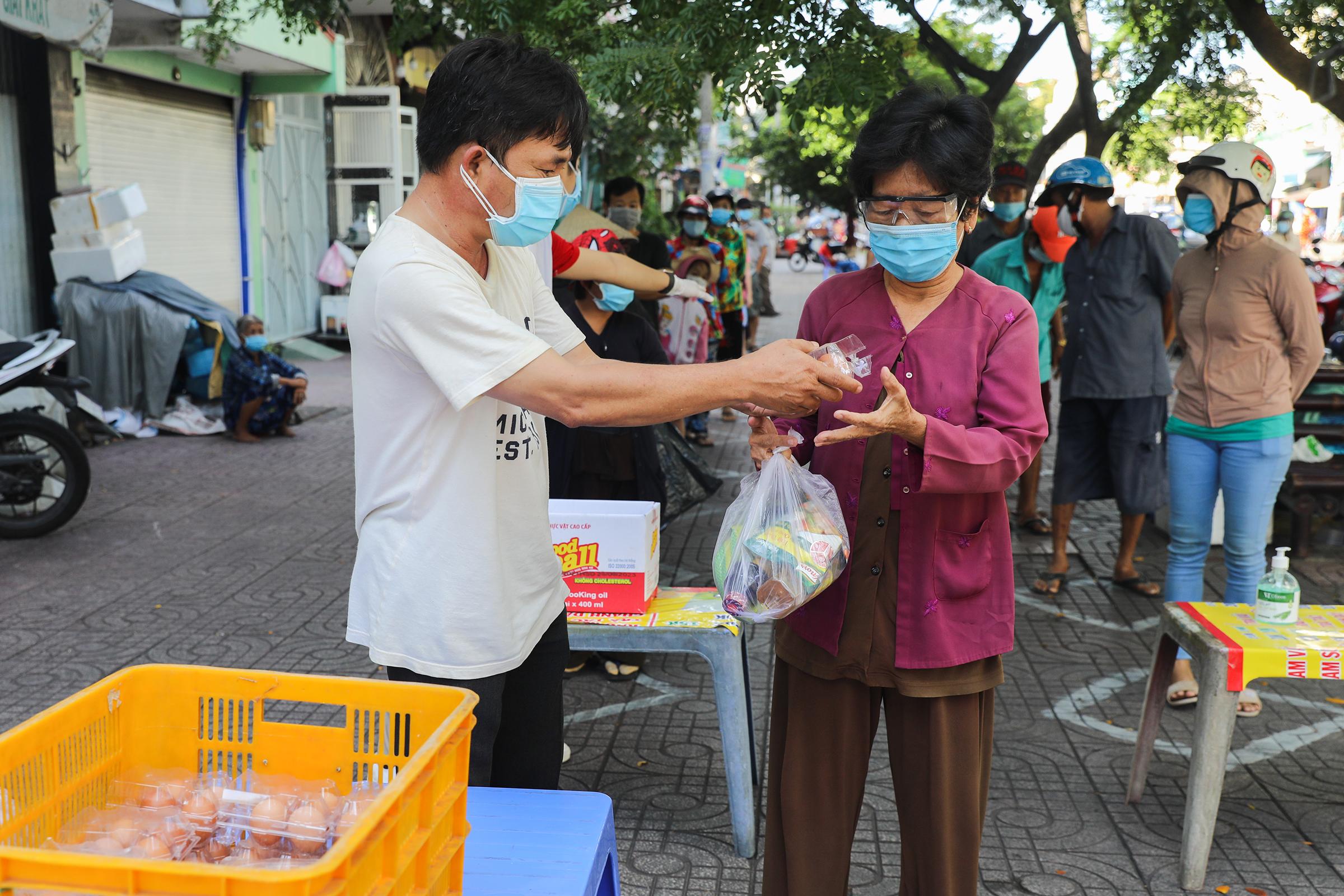 Người dân tại TP HCM nhận lương thực, thực phẩm tại các điểm phát từ thiện, tháng 6/2021. Ảnh: Quỳnh Trần