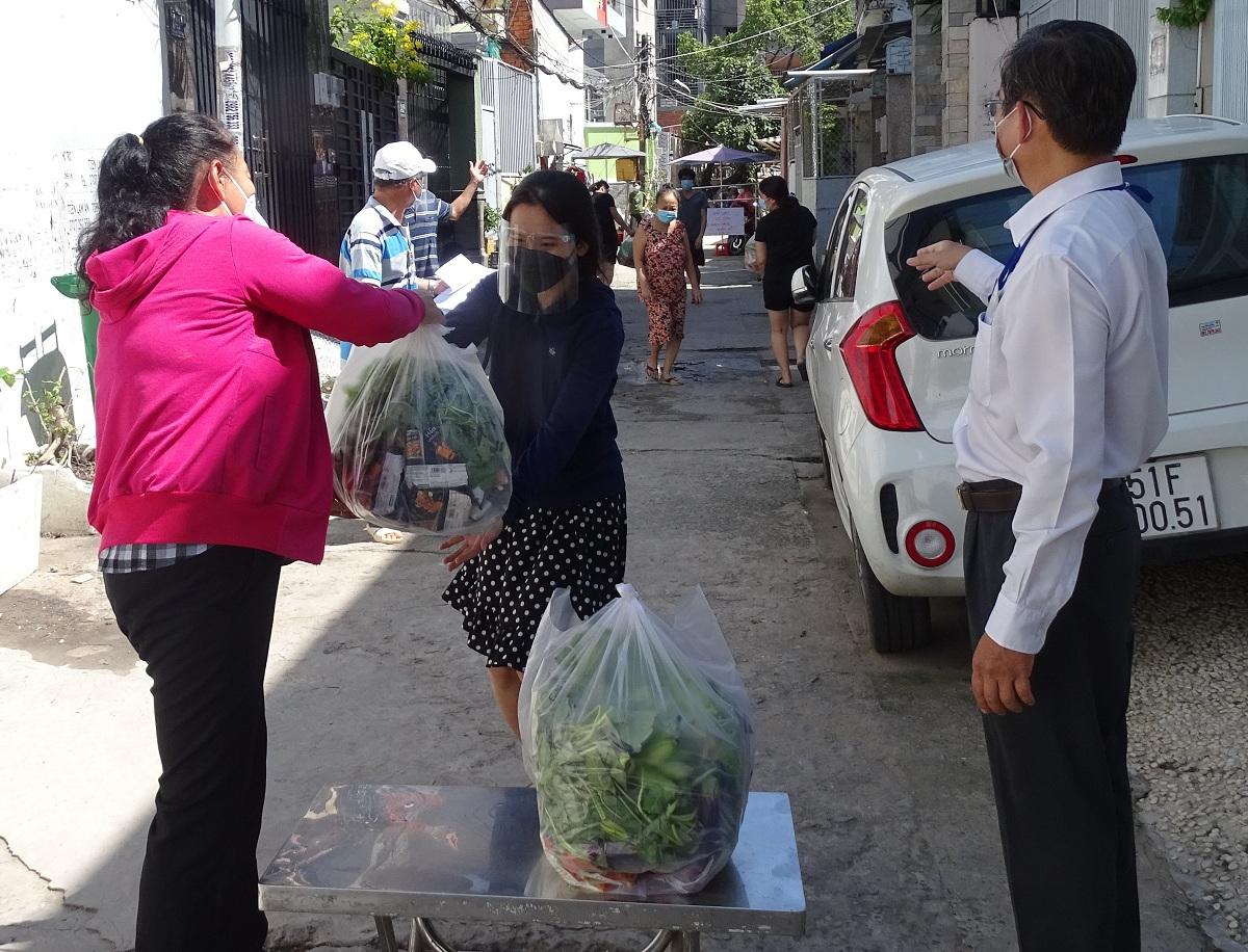 Phường 13, quận Bình Thạnh trao quà hỗ trợ cho người lao động sống trong các khu trọ, hôm 16/8. Ảnh: Hà An.