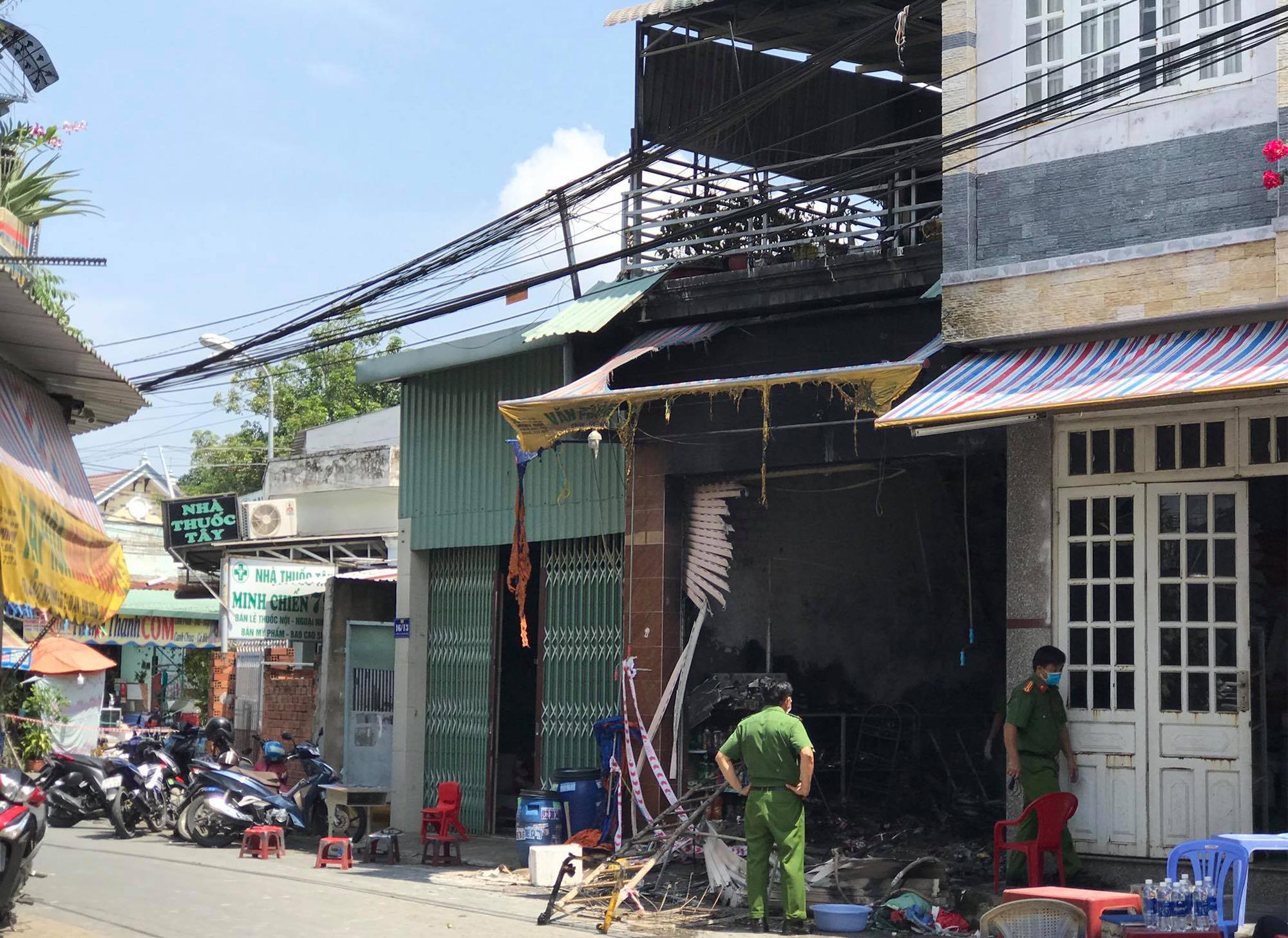Sáng 19/8, cảnh sát khám nghiệm hiện trường, điều tra nguyên nhân vụ hỏa hoạn. Ảnh: Yên Khánh