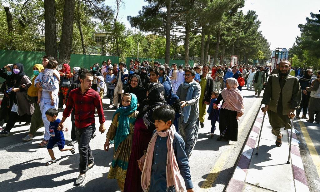 Người dân trên đường đến sân bay quốc tế ở thủ đô Kabul của Afghanistan hôm 16/8. Ảnh: AFP.