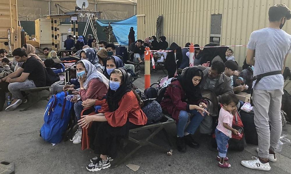 Người dân ngồi chờ được sơ tán tại sân bay Kabul, Afghanistan hôm 18/8. Ảnh: AFP.