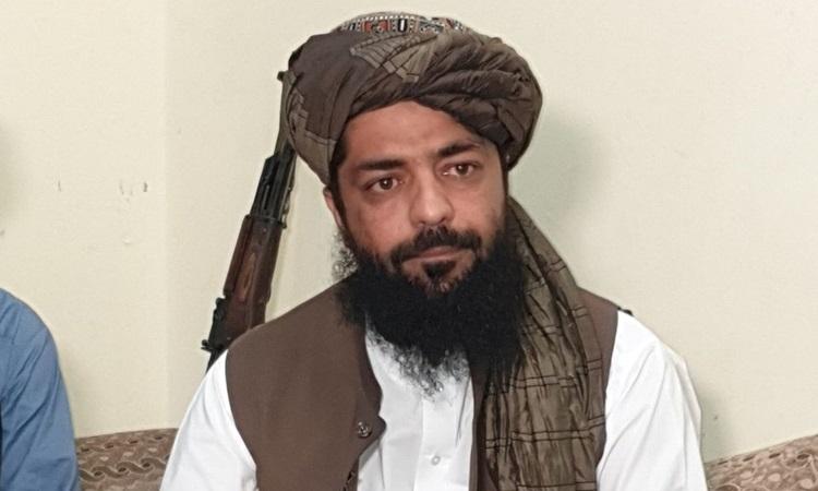 Phát ngôn viên Taliban Waheedullah Hashimi trong cuộc phỏng vấn với Reuters tại địa điểm không được tiết lộ gần biên giới Afghanistan - Pakistan hôm 17/8. Ảnh: Reuters.