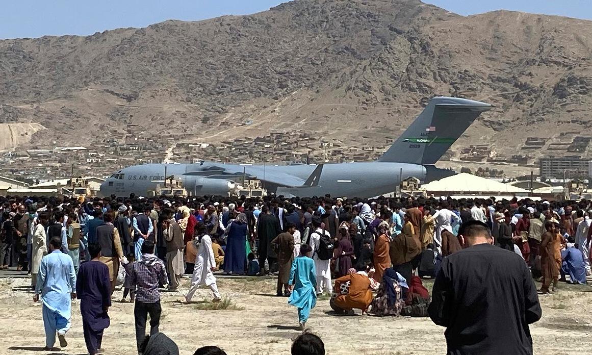 Người dân Afghanistan vây quanh vận tải cơ C-17 Mỹ ở sân bay Kabul hôm 16/8. Ảnh: AP.