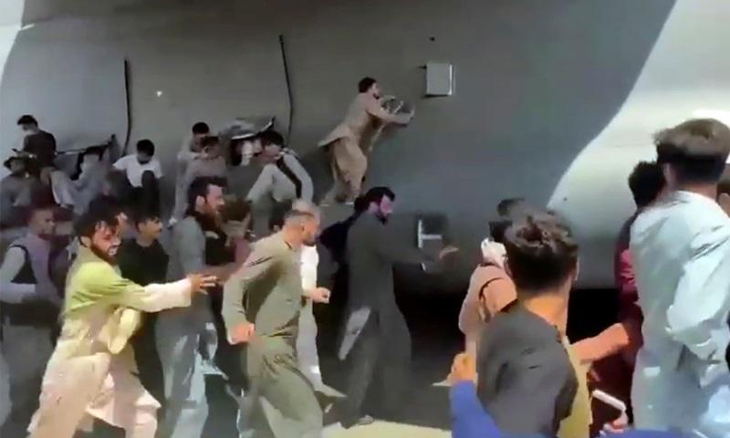 Đám đông chạy theo bám vào vận tải cơ C-17 của Không quân Mỹ tại sân bay Kabul, Afghanistan hôm 16/8. Ảnh: AP.