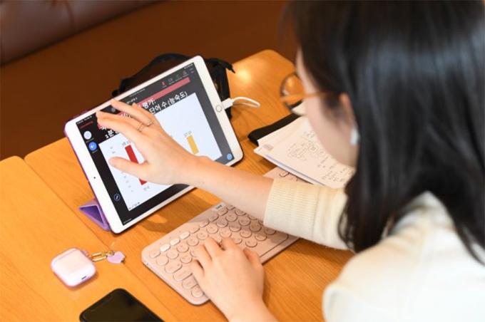 Một sinh viên đại học ở thành phố Seoul, Hàn Quốc, học online qua Zoom hồi tháng 3/2020. Ảnh: Korea Times