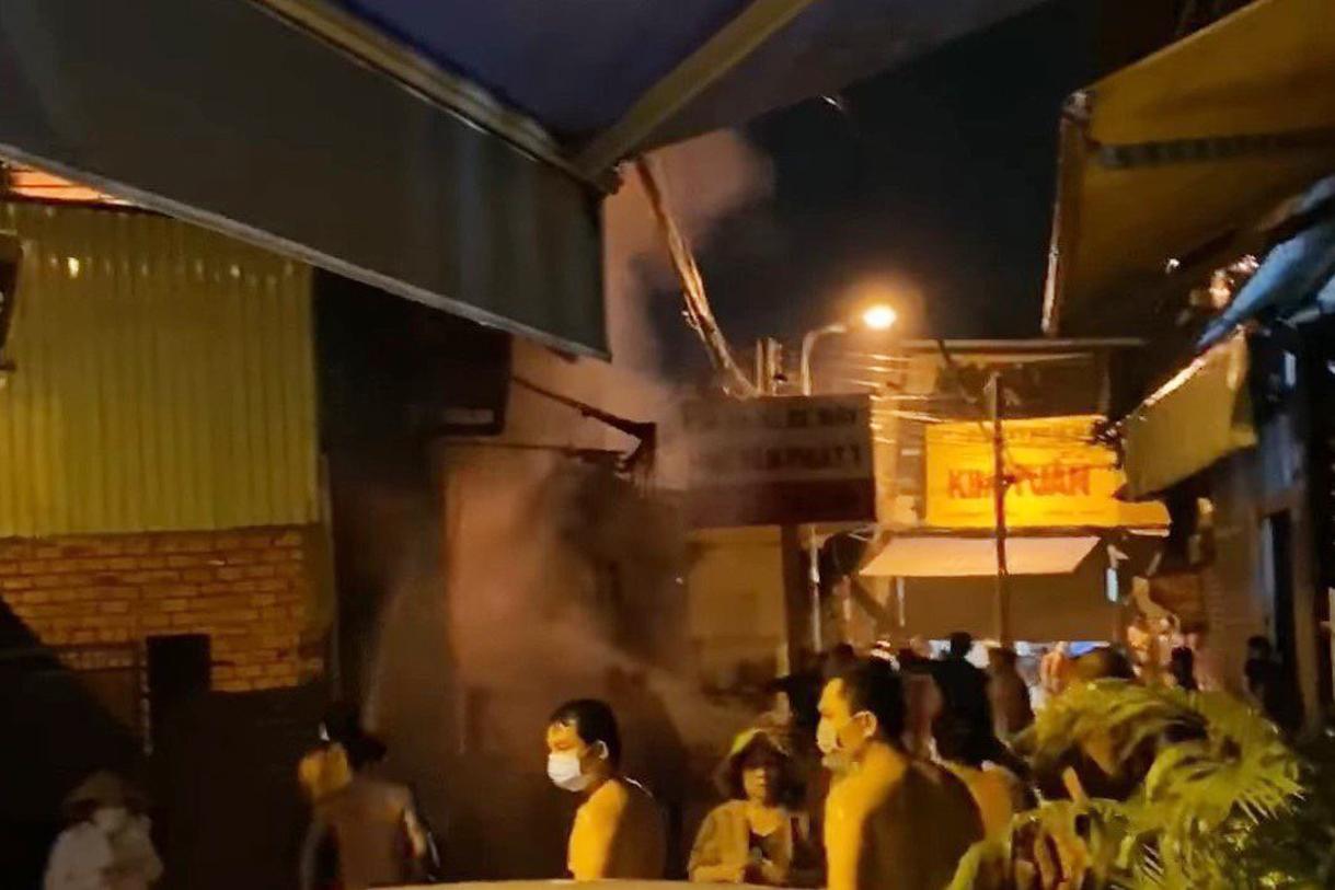 Người dân cố gắng dập lửa bên ngoài hiện trường. Ảnh: Yên Khánh