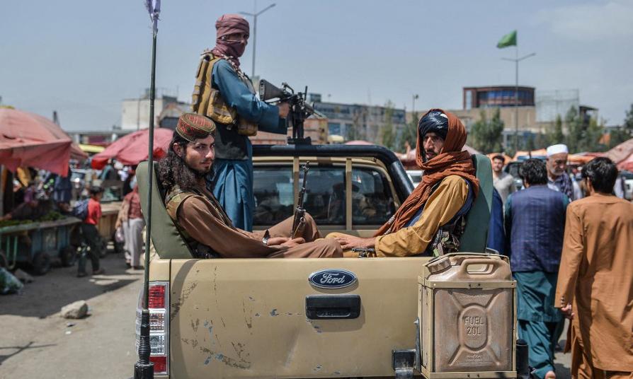 Các thành viên Taliban trên một xe bán tải tại Kabul, Afghanistan, hôm 17/8. Ảnh: AFP.