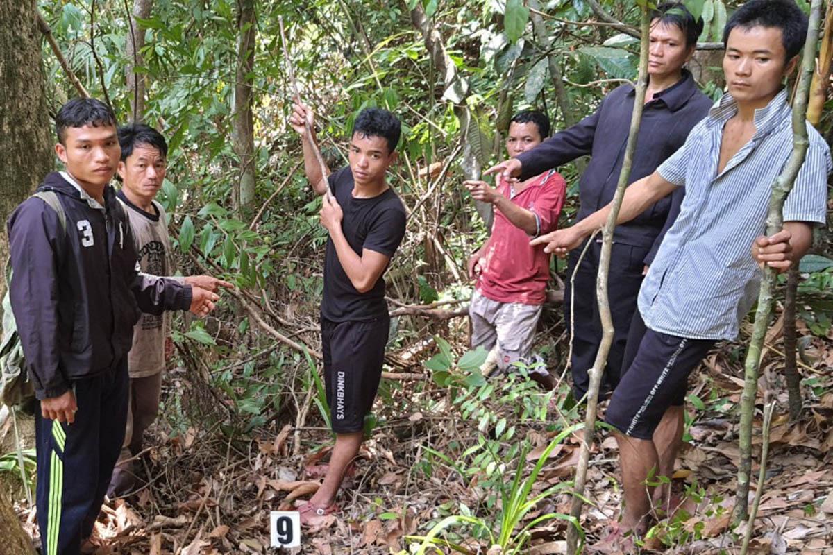 Nhóm thợ săn thực nghiệm hiện trường săn bắn thú rừng giữa Vườn Quốc gia Bạch Mã. Ảnh: Vũ Linh