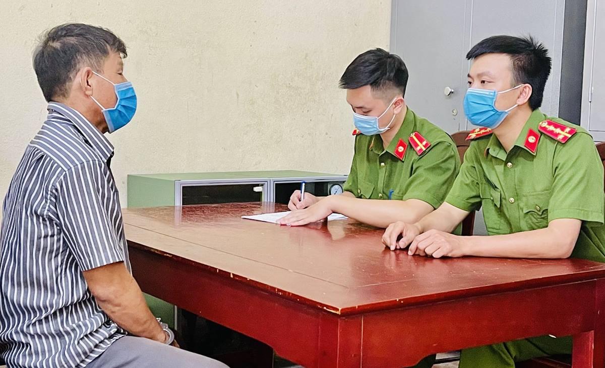 Cảnh sát lấy lời khai nghi phạm Lê Văn Trường. Ảnh: Lam Sơn.