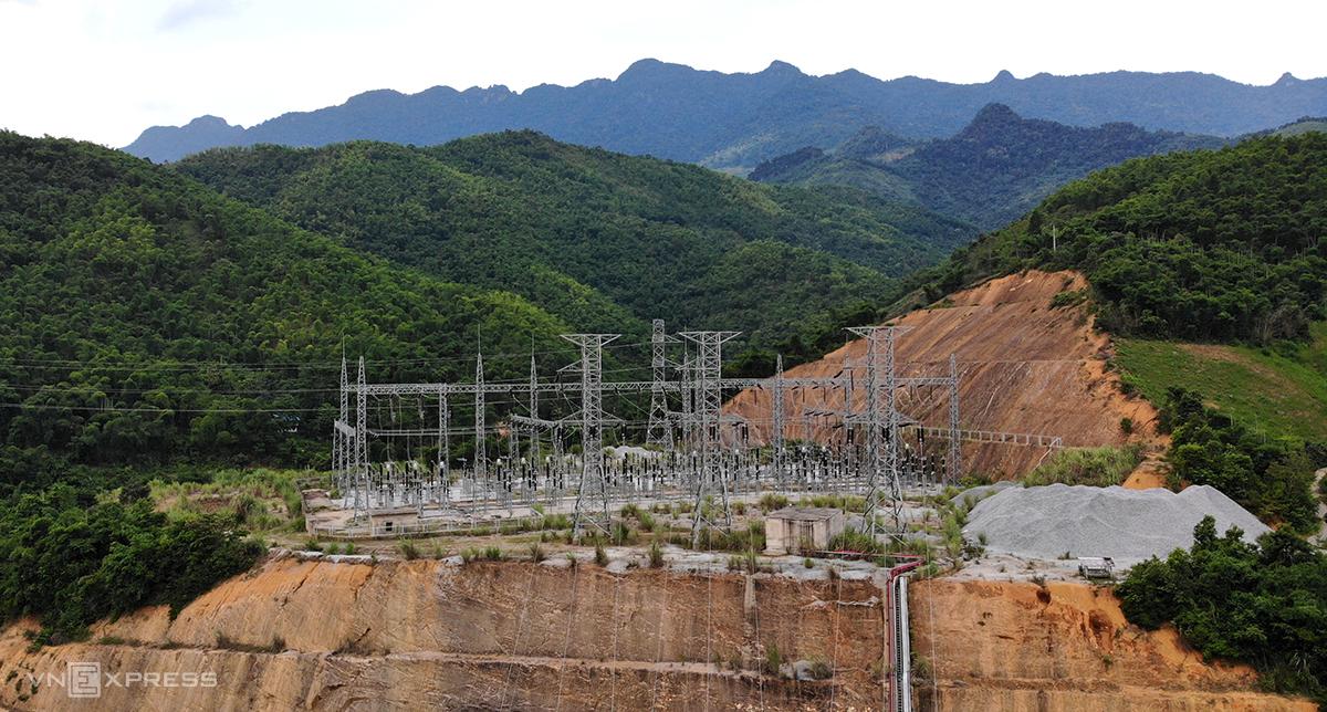 Lưới điện đã được lắp đặt cơ bản hoàn thiện song không thể vận hành đấu nối vào lưới điện quốc gia. Ảnh: Lê Hoàng.
