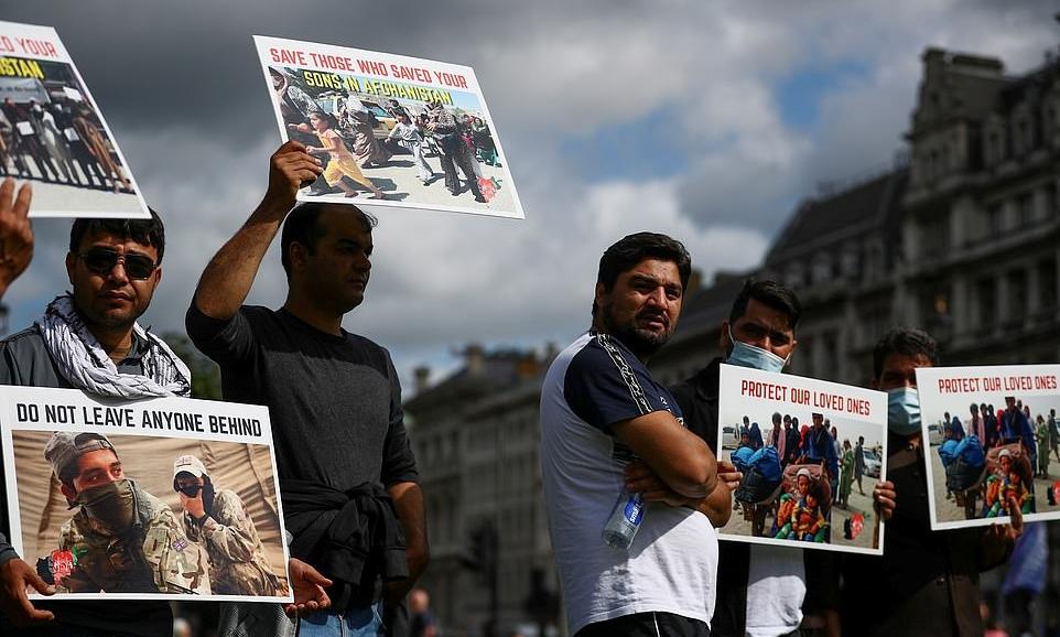 Người tham gia cuộc biểu tình Cứu Afghanistan tập trung ở Quảng trường Quốc hội tại London ngày 18/8. Ảnh: Reuters.