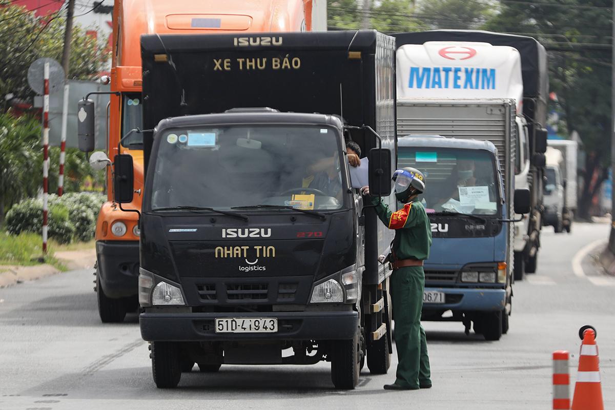 Quân đội kiểm tra xe ra vào tại một chốt kiểm soát ở TP HCM. Ảnh: Quỳnh Trần