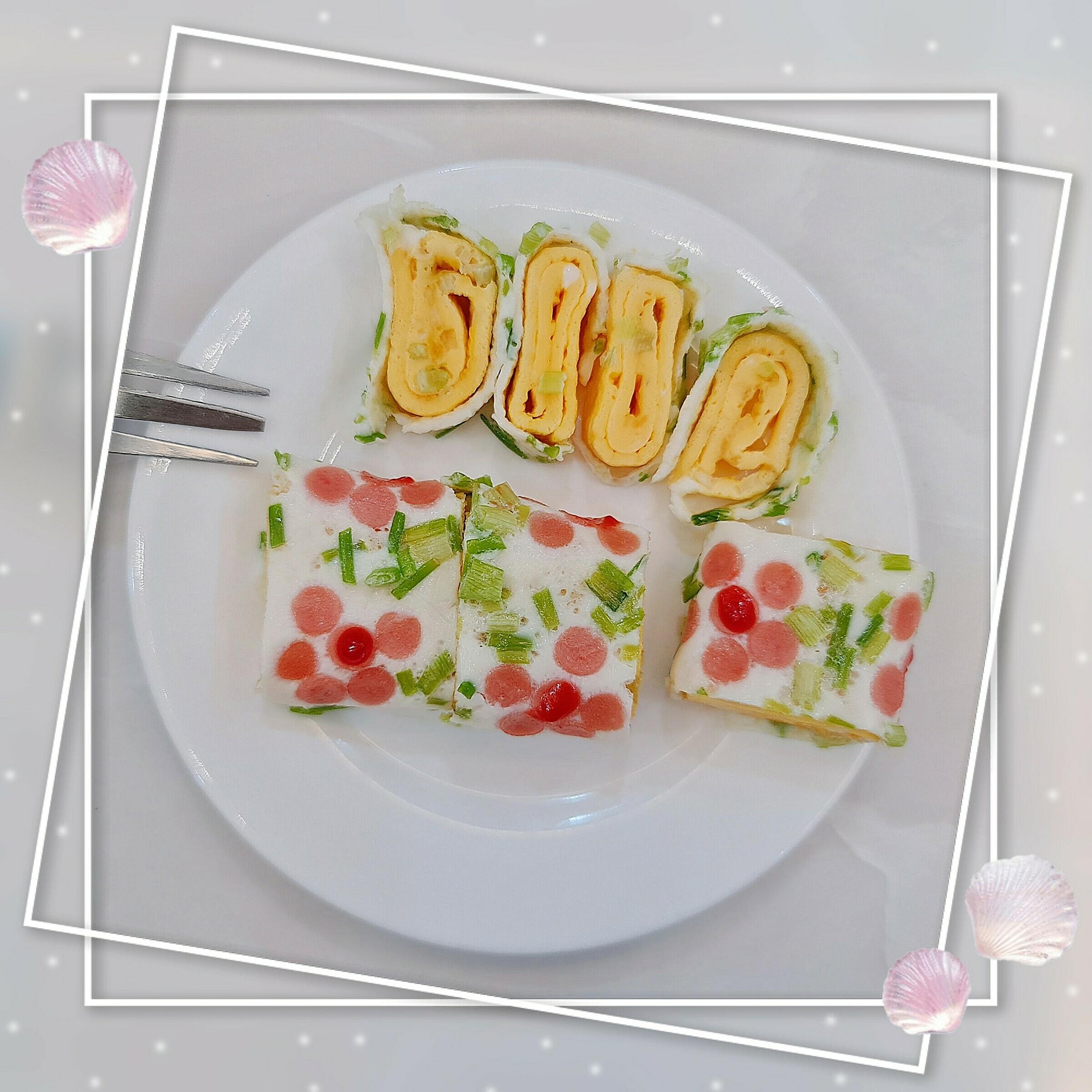 Trứng cuộn hoa trang trí thêm tương cà cho bắt mắt.