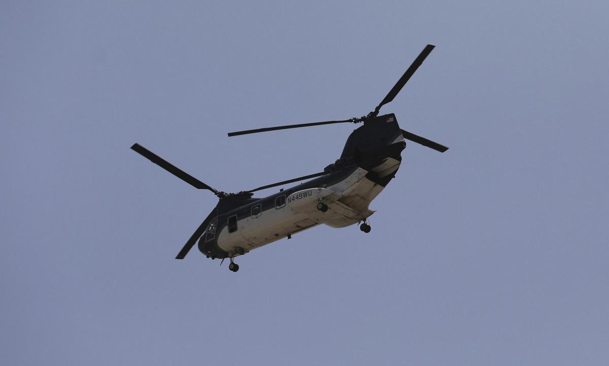 Một chiếc CH-46E của Bộ Ngoại giao Mỹ trên bầu trời Kabul hôm 15/8. Ảnh: AP.