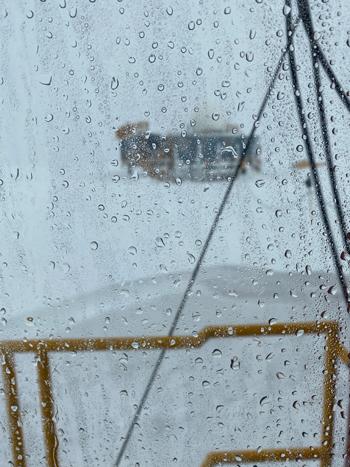 Các nhân viên tại Trạm Đỉnh ở Greenland quan sát mưa hôm 14/8. Ảnh: NSF/Alicia Bradley