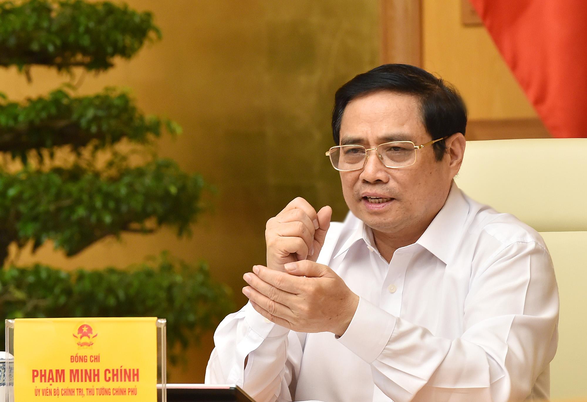 Thủ tướng Phạm Minh Chính chủ trì họp Thường trực Chính phủ với TP HCM, Bình Dương, Đồng Nai, Long An về phòng chống Covid-19, tối 19/8. Ảnh: Nhật Bắc