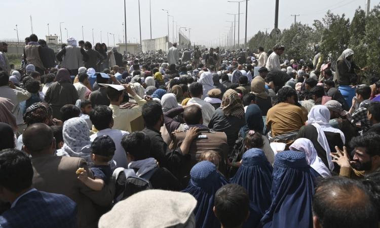 Người dân tập trung đông đúc gần khu vực quân sự của sân bay Kabul, Afghanistan, hôm 20/8. Ảnh: AFP.
