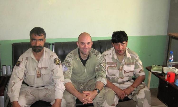 Mohammad Khalid Wardak (phải) ngồi cùng một sĩ quan Mỹ (giữa) tại Afghanistan. Ảnh: AP.