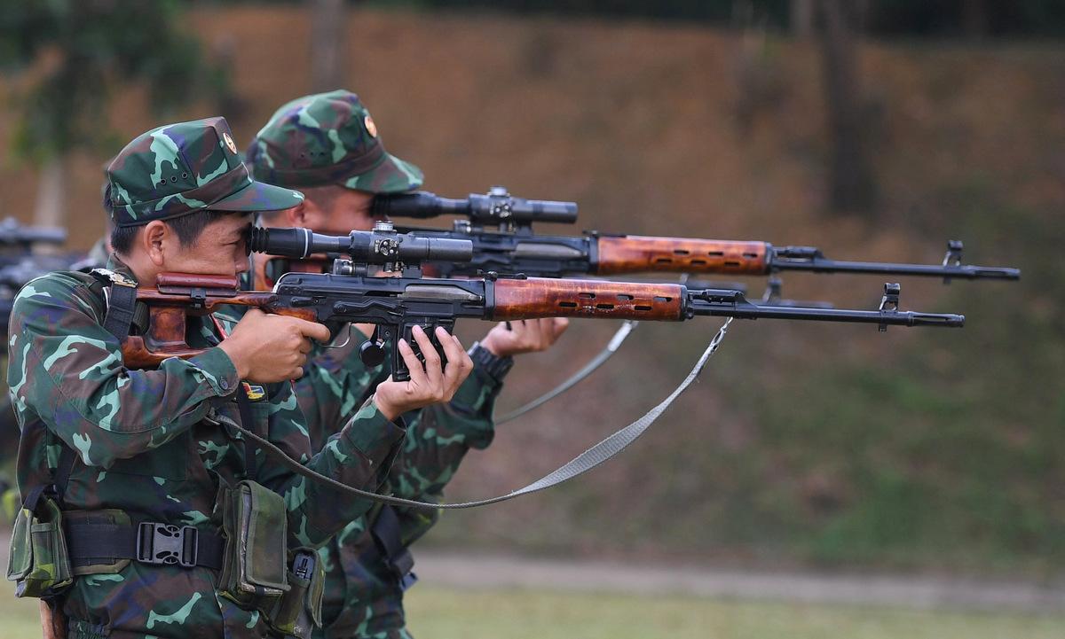 Xạ thủ bắn tỉa Việt Nam luyện tập tư thế đứng bắn với súng SVD ngày 20/7. Ảnh: QĐND.