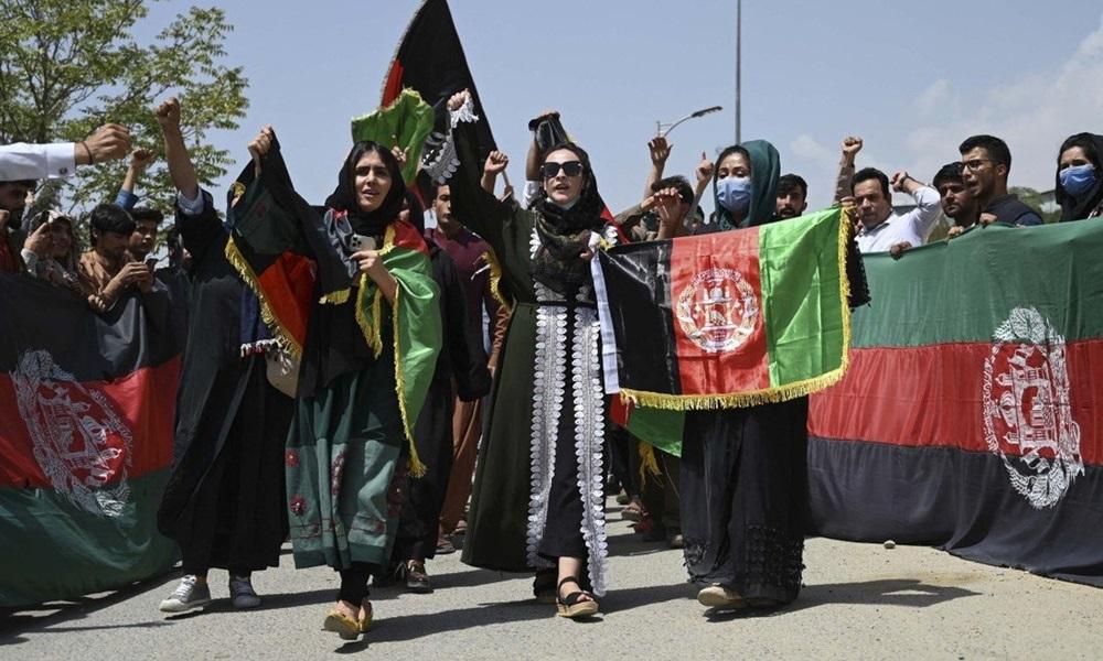 Đám đông mang cờ Afghanistan biểu tình ở thủ đô Kabul hôm 19/8. Ảnh: AFP.