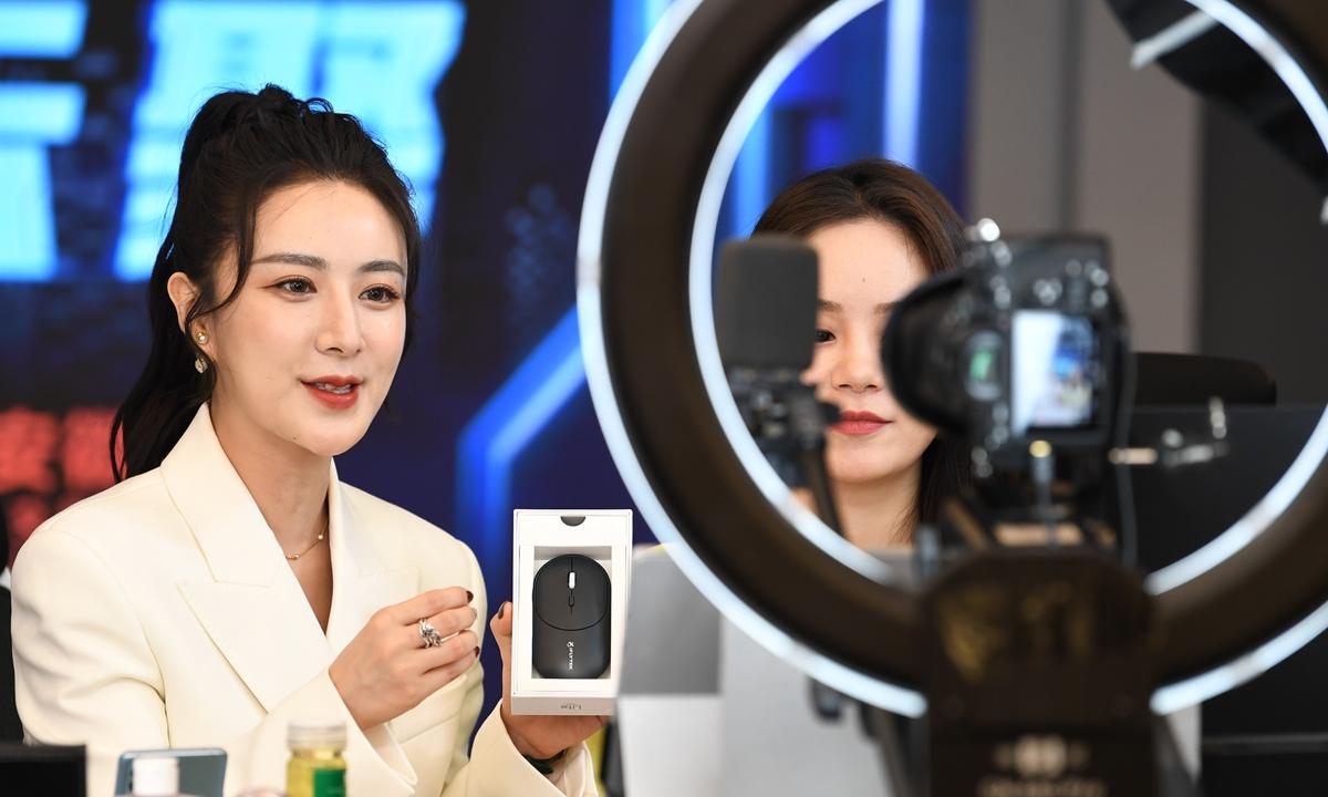 Viya, một người bán sản phẩm trực tuyến nổi tiếng Trung Quốc, trong buổi tiếp thị hàng hóa hồi tháng 4. Ảnh: VCG