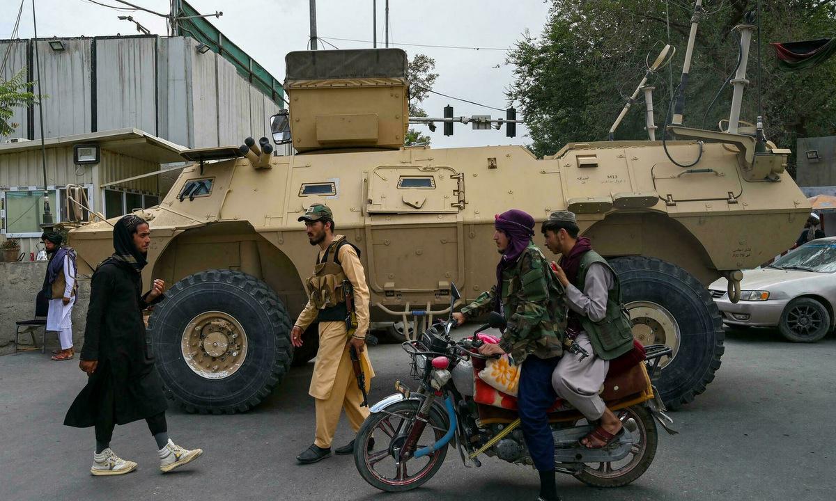 Các tay súng Taliban cạnh xe MRAP trên đường phố Kabul hôm 17/8. Ảnh: AFP.