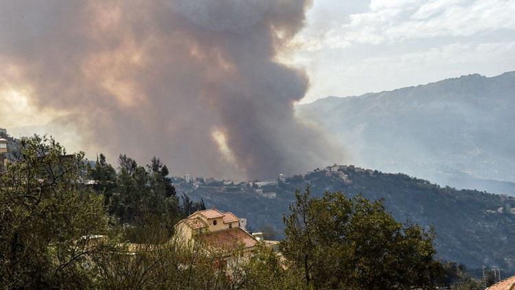 Khói bốc lên từ một đám cháy rừng ở vùng Kabylie đầu tháng này. Ảnh: AFP.