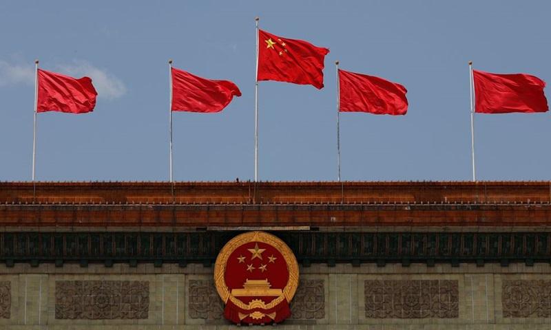 Cờ Trung Quốc bay phía trên quốc huy tại Đại lễ đường Nhân dân sau phiên khai mạc Đại hội Đại biểu Nhân dân Toàn quốc (NPC) ở Bắc Kinh tháng 5/2020. Ảnh: Reuters.