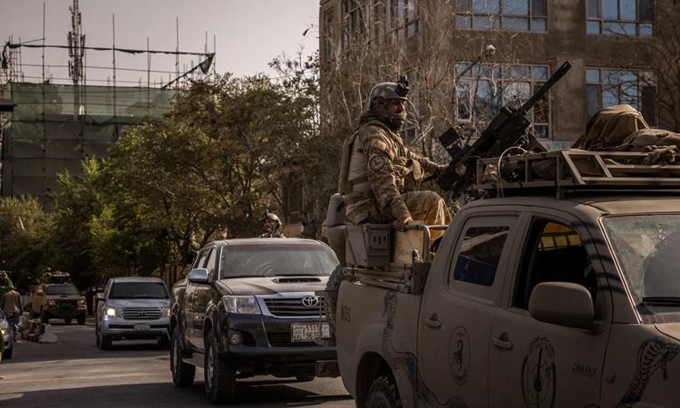 Đoàn binh sĩ thuộc Tổng cục An ninh Quốc gia Afghanistan lái xe qua một khu phố ở phía bắc thủ đô Kabul hôm 16/8. Ảnh: NYTimes.