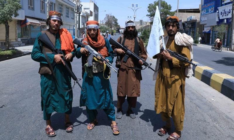 Các tay súng Taliban đứng gác dọc một con đường ở tỉnh Herat, Afghanistan hôm 19/8. Ảnh: AFP.