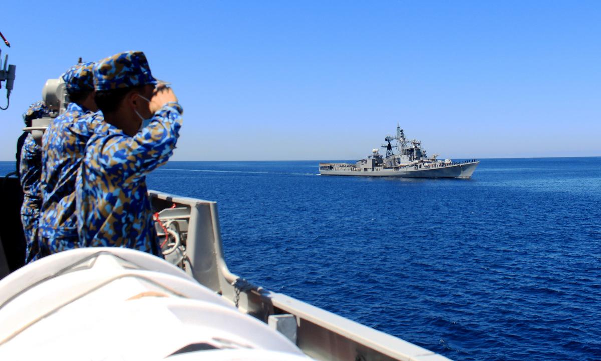 Thủy thủ Việt Nam và Ấn Độ thực hiện nghi thức chào nhau trên biển hôm 18/8. Ảnh: Báo Hải quân.