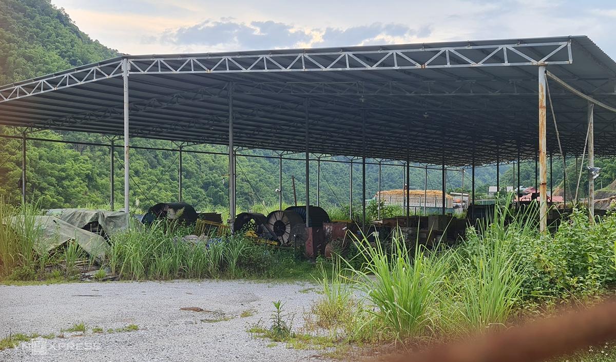 Trang thiết bị máy móc chất trong các nhà kho tạm bợ gần nhà máy, cỏ dại mọc um tùm. Ảnh: Lê Hoàng.
