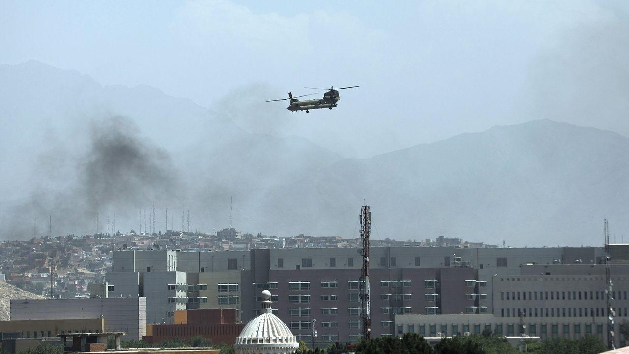 Một trực thăng CH-47 trên bầu trời Kabul, Afghanistan ngày 15/8. Ảnh: AP.