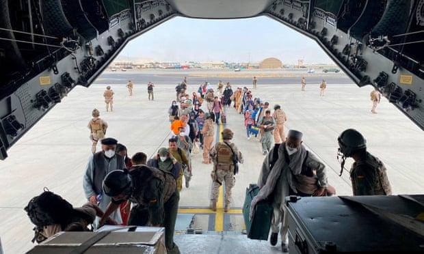 Người Afghanistan lên máy bay quân sự tại sân bay Hamid Karzai ở Kabul. Ảnh: Bộ Quốc phòng Tây Ban Nha