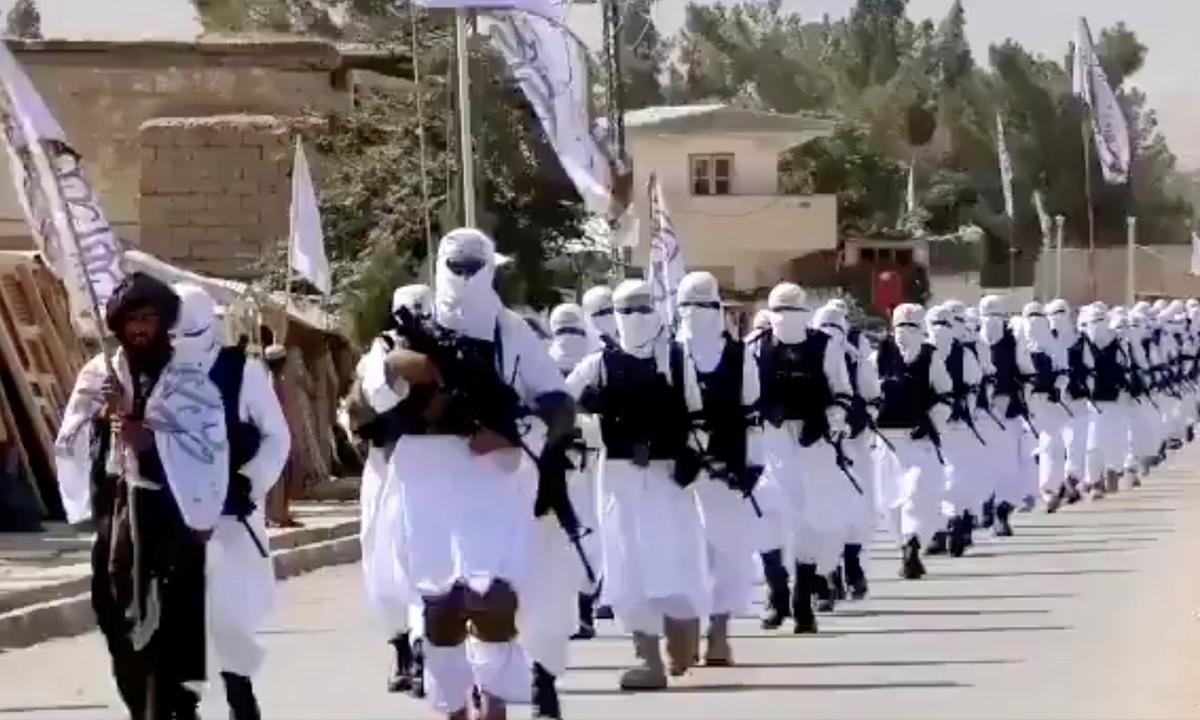 Lực lượng Taliban mặc đồng phục diễu hành ở Qalat, tỉnh Zabul, trong một video đăng lên mạng xã hội ngày 19/8. Ảnh: Reuters