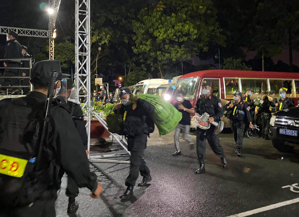 Cảnh sát mang đồ đạc vào nhà thiếu nhi Thủ Đức sau 10 tiếng đi xe từ TP Buôn Mê Thuộc. Ảnh: Đinh Sự