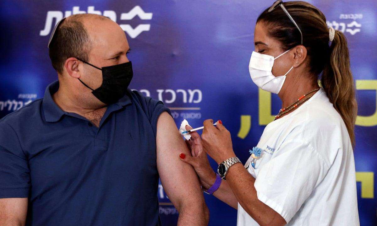 Thủ tướng Israel Naftali Bennett tiêm vaccine tại Kfar Saba ngày 20/8. Ảnh: Reuters.