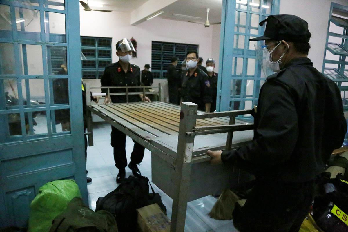 Cảnh sát cơ động kê thêm giường để nghỉ ngơi trước khi bắt đầu nhiệm vụ từ ngày 22/8. Ảnh: Đình Văn