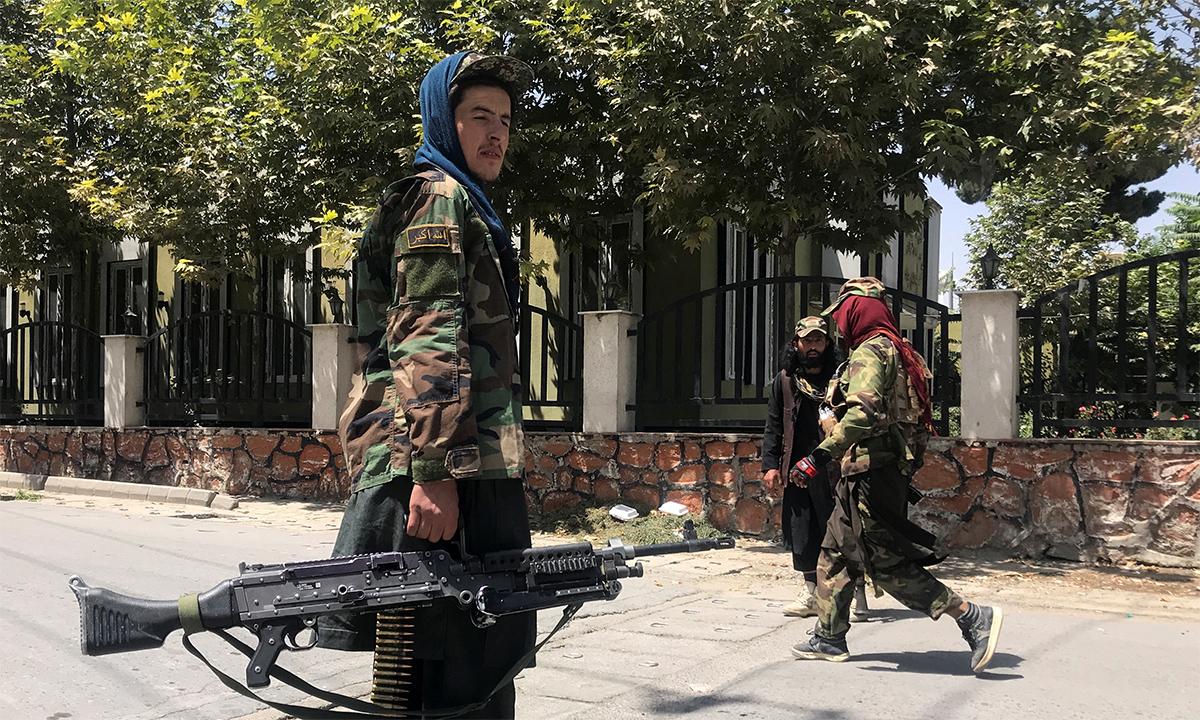 Các tay súng Taliban đi tuần trên đường phố thủ đô Kabul của Afghanistan ngày 16/8. Ảnh: Reuters.