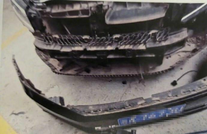 Phần cản trước của chiếc ôtô do anh Phong điều khiển bị dập nát sau khi và chạm với chú chó cảnh. Ảnh: The Paper
