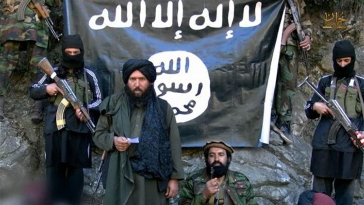 Thủ lĩnh IS Khorasan Hafiz Zaeed Khan (đứng giữa) trong một video tuyên truyền của nhóm. Ảnh: BBC Monitoring.