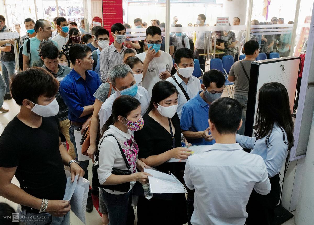 Người lao động tới làm thủ tục liên quan trợ cấp thất nghiệp, tìm việc làm tại Trung tâm Dịch vụ việc làm Hà Nội, tháng 6/2020. Ảnh: Ngọc Thành