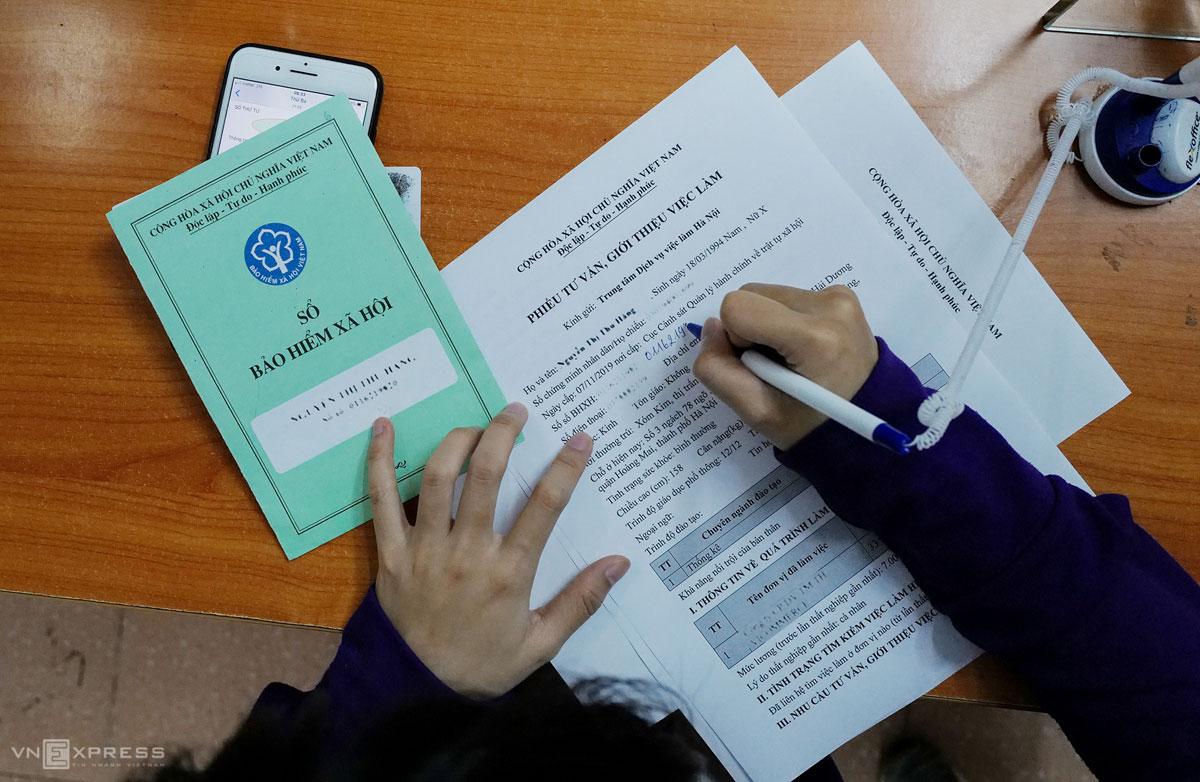 Người lao động điền thông tin vào phiếu giới thiệu việc làm tại Trung tâm Dịch vụ việc làm Hà Nội, tháng 6/2020. Ảnh: Ngọc Thành