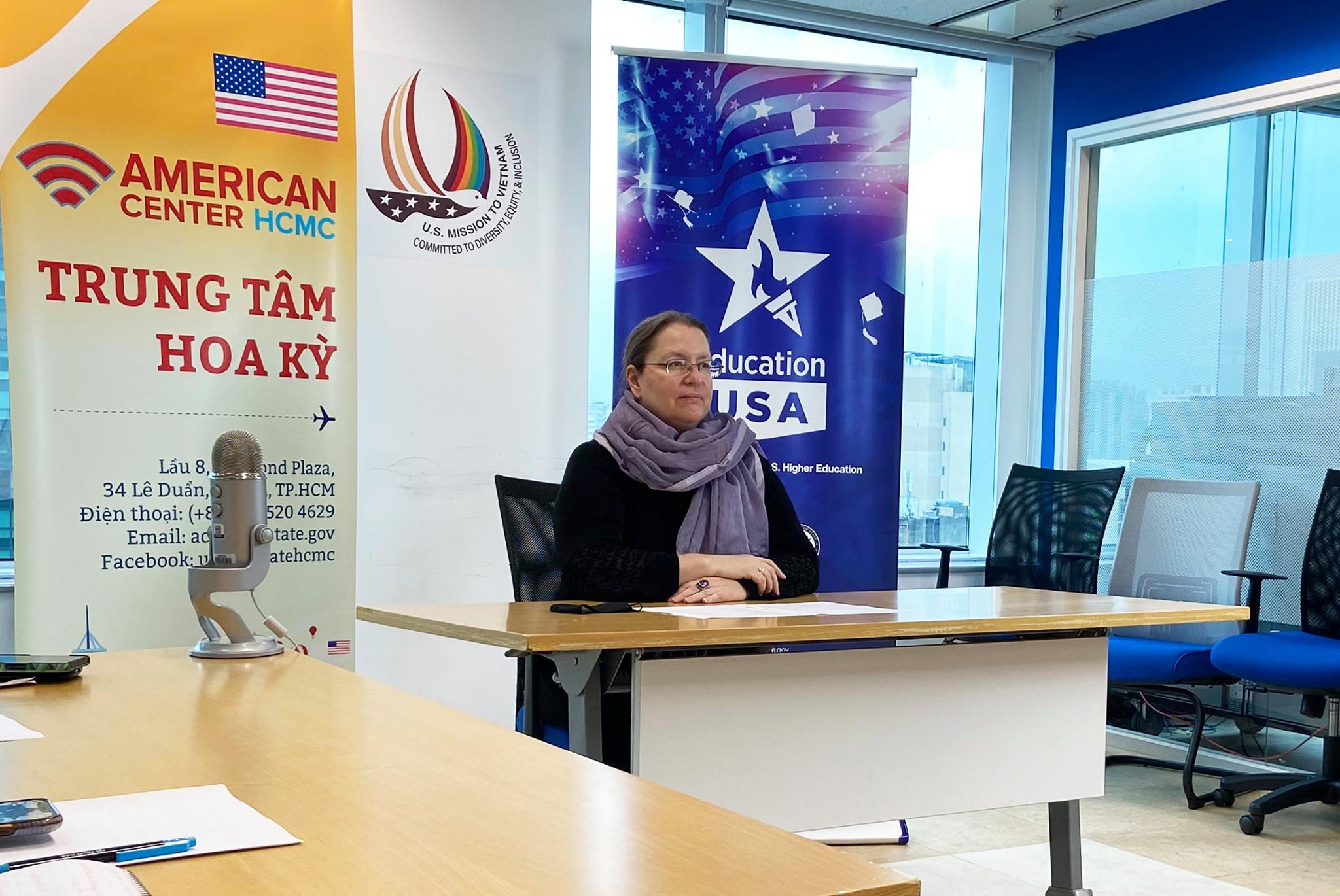 Tổng lãnh sự Mỹ tại TP HCM Marie Damour dự buỗi lễ tiếp nhận máy xét nghiệm Realtime RT-PCR từ Đại sứ quán Mỹ đến tỉnh Phú Yên vào chiều 20/8. Ảnh: Tổng lãnh sự quán Mỹ TP HCM.