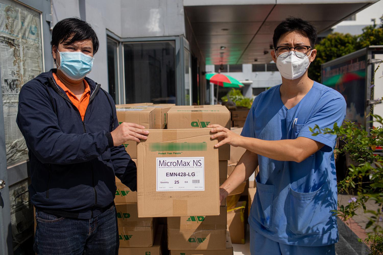 Đại diện bệnh viện dã chiến số 3 tiếp nhận đồ bảo hộ cấp 4. Ảnh: Thành Nguyễn.