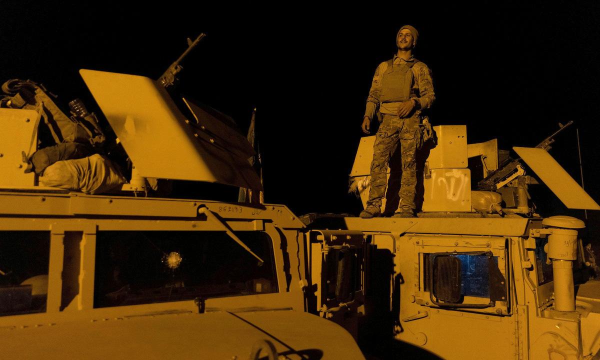 Lính đặc nhiệm Afghanistan trước trận đánh ở tỉnh Kandahar tối 13/7. Ảnh: Reuters.