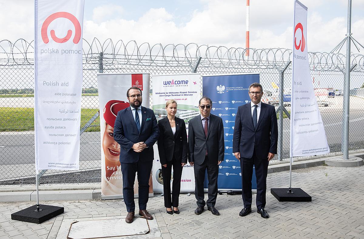 Đại sứ Nguyễn Hùng cùng lãnh đạo các cơ quan Ba Lan tham dự lễ bàn giao chuyển lô vaccine do Ba Lan viện trợ về Việt Nam tại sân bay Warsaw Chopin. Ảnh: BNG.